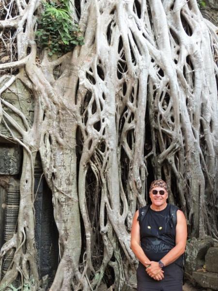 Вход в храм замурован корнями древесных великанов