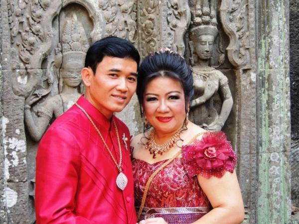 «Молодожены» Камбоджи любят делать памятные фото среди храмовых развалин