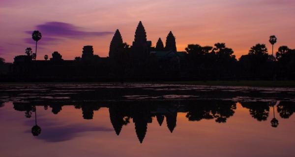 Загадочный храм Ангкор выглядит еще более таинственно после захода солнца