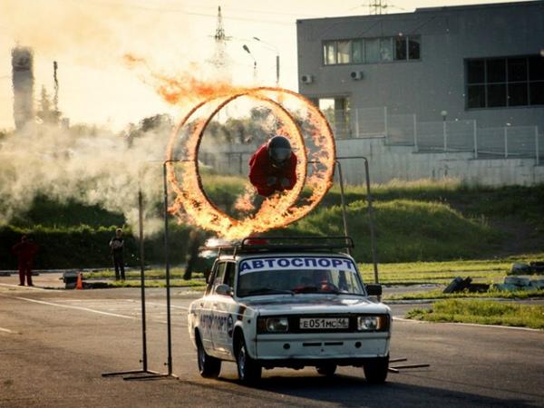 Прыжок через горящие кольца – один из самых зрелищных трюков «Автошоу Курск»