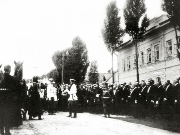 В Курской губернии проходили большие военные маневры, на которые приехал сам император Николай II. Со свитой он проследовал по всей улице Херсонской, тогда-то «дом Наумова» и попал в кадр