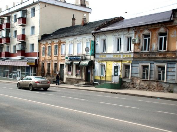 Дом в начале улицы Радищева – характерный образец типовой застройки по плану 1782 года, утвержденному императрицей Екатериной II