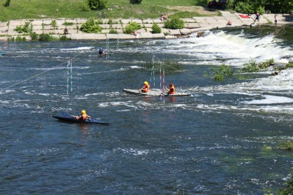 Спортсменам пришлось преодолеть непростую водную трассу из 14 ворот