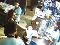 В Курске девушка украла IPhone у посетителя ресторана (Видео УМВД России по Курской области)