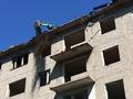 В Курске на крыше пятиэтажки работает экскаватор — сносят «дом-призрак» на Конорева